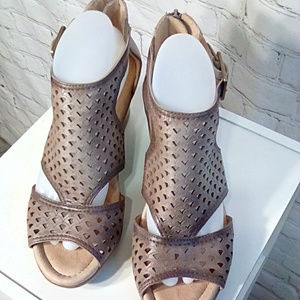 Earth size 9.5 taupe leather wedge shoes